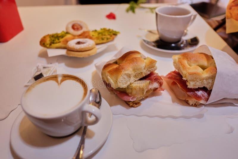 Focaccia italiano tradicional desayuno italiano ligero en un café imagen de archivo