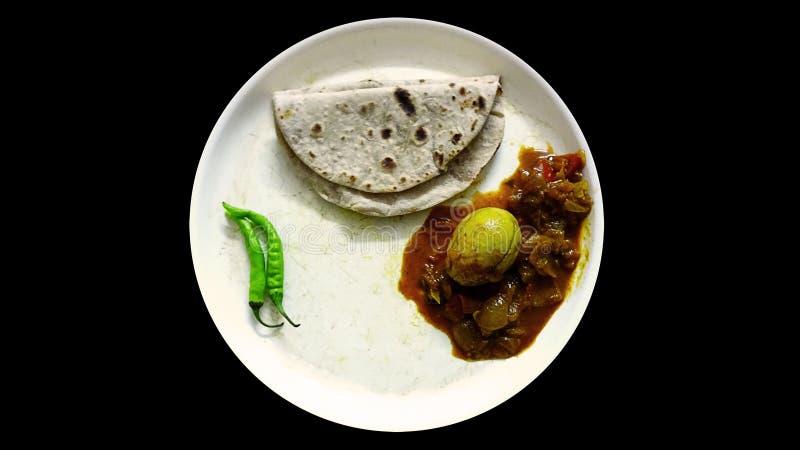 Focaccia Naan di Roti con il curry dell'uovo ed i peperoncini rossi verdi fotografie stock