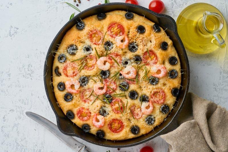 Focaccia r?kapizza i kastrull, italienskt plant br?d med tomater, oliv och rosmarin B?sta sikt, kopieringsutrymme, vit betong fotografering för bildbyråer