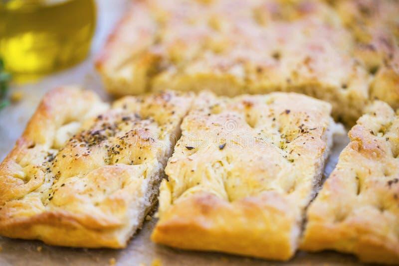 Focacciabrood met orego en olijfolie De verse Italiaanse close-up van het foccaciabrood royalty-vrije stock foto's