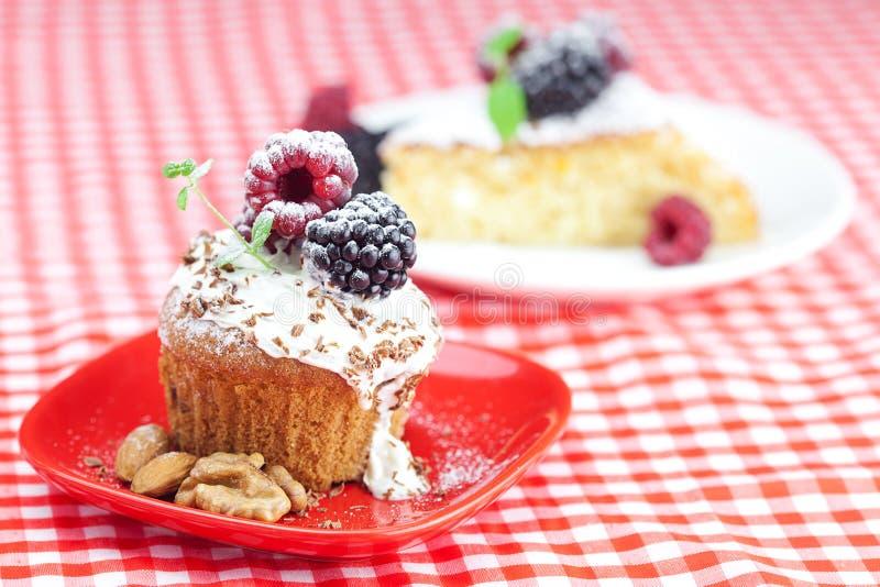 Focaccina con crema e la torta sbattute con glassa fotografie stock libere da diritti