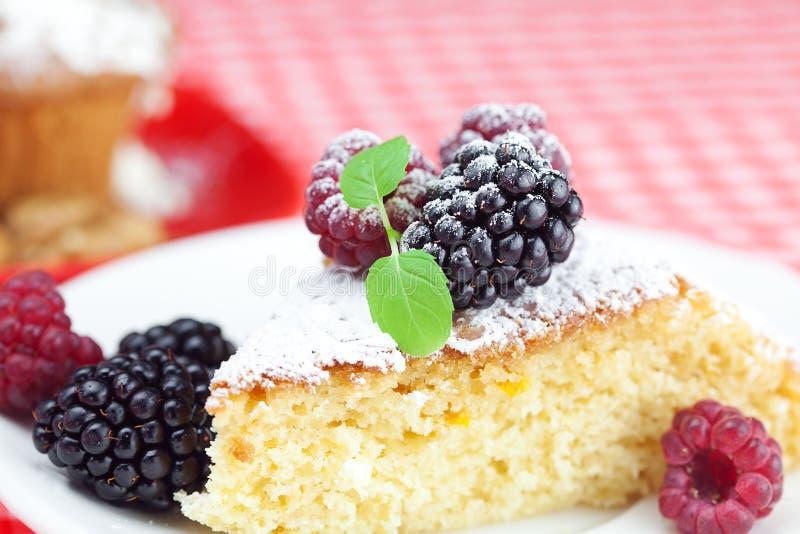 Focaccina con crema e la torta sbattute con glassa fotografia stock libera da diritti