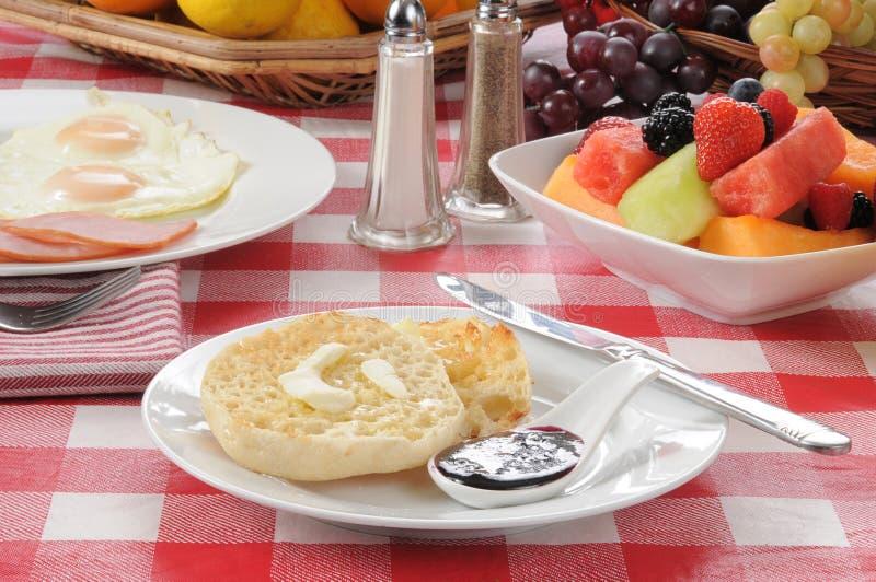 Focaccina inglese con la prima colazione dell'uovo e del prosciutto fotografia stock libera da diritti