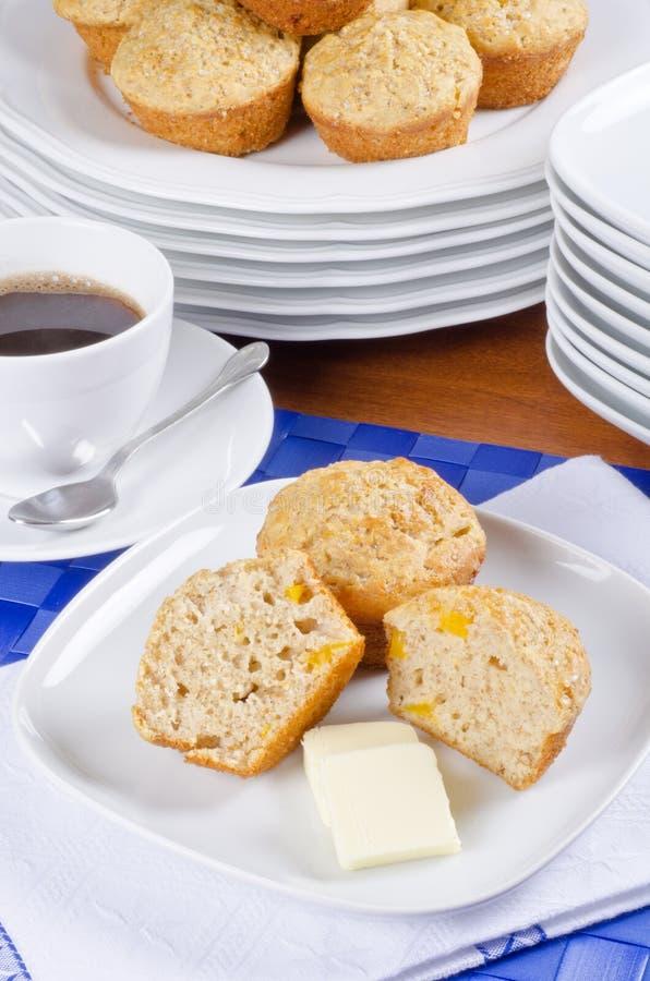 Focaccine della pesca con burro e caffè immagine stock libera da diritti