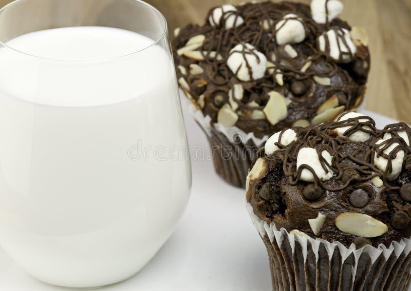 Focaccine e latte del cioccolato fotografie stock