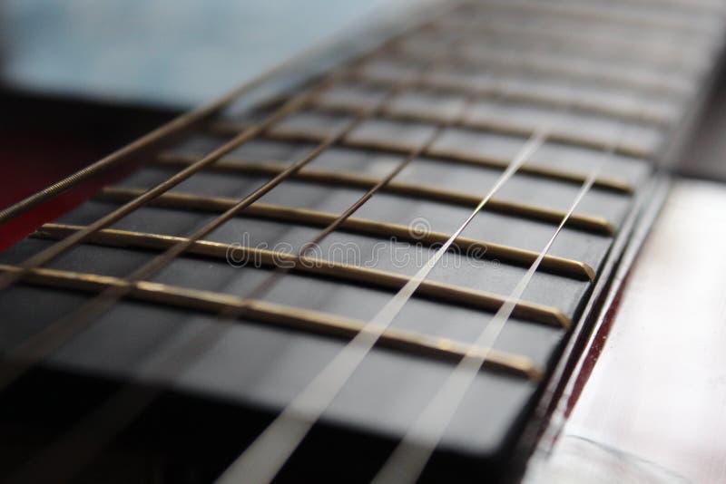 Focalisation d'un beau guitar& x27 ; ficelles de s photographie stock libre de droits