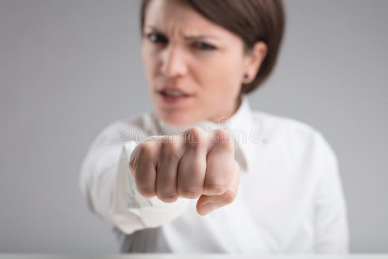 Focalize em um perfurador de uma mulher irritada fotografia de stock