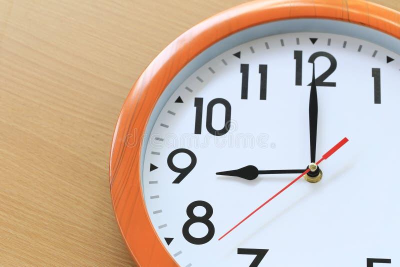 Focalize o tempo em um pulso de disparo de nove horas para o projeto em seu busin fotografia de stock