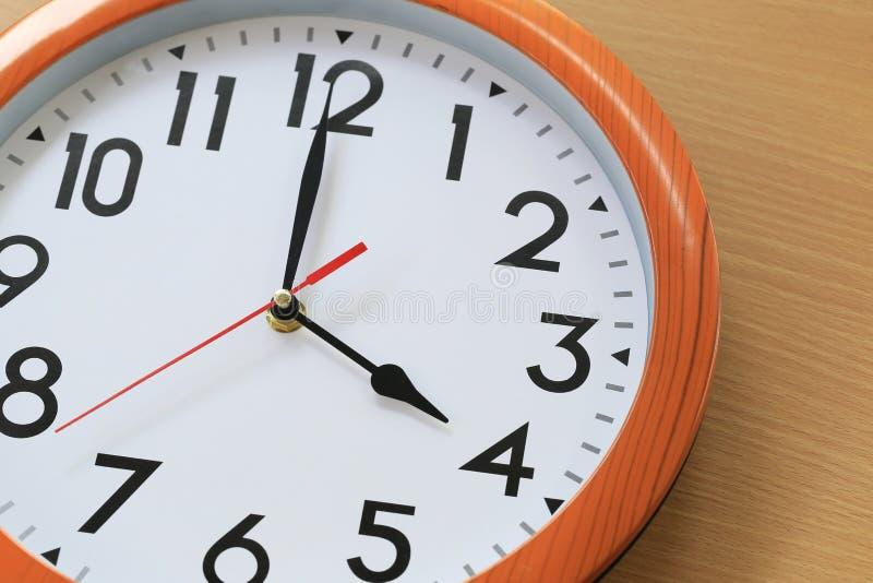 Focalize o tempo em um pulso de disparo de quatro horas para o projeto em seu busin fotos de stock