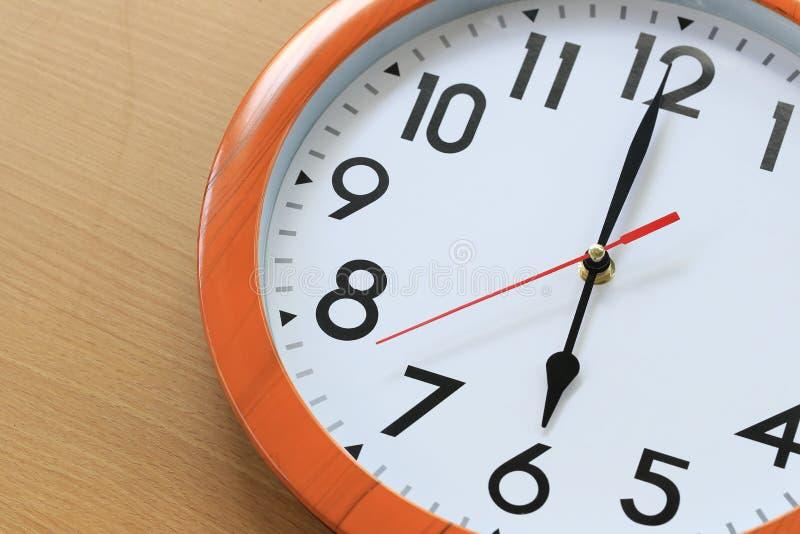 Focalize o tempo em um pulso de disparo de seis horas para o projeto em seu busine fotografia de stock royalty free
