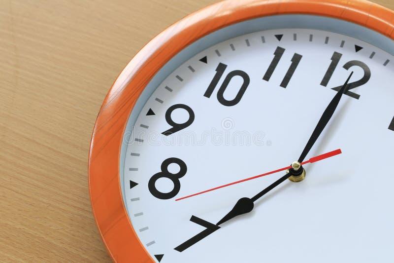 Focalize o tempo em um pulso de disparo de sete horas para o projeto em seu busi foto de stock