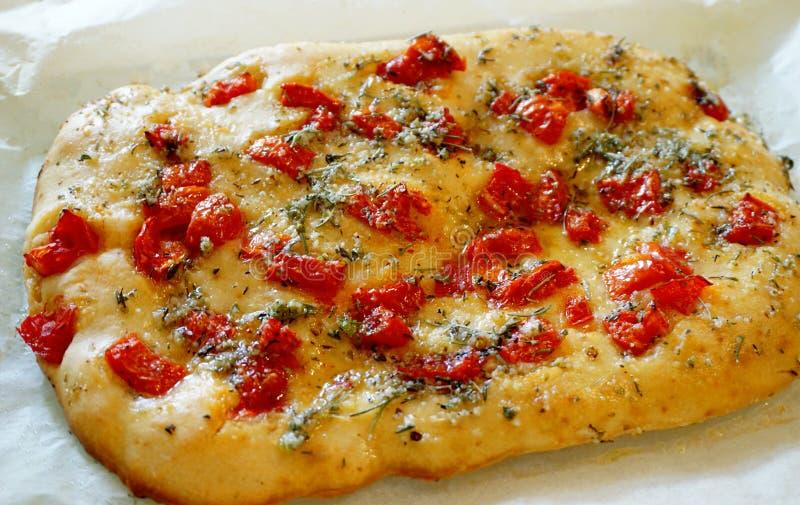 Foccacia met tomaten, olijfolie en kruiden royalty-vrije stock foto's