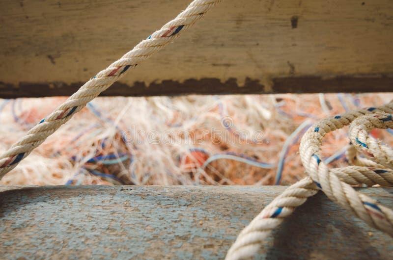 Foco ascendente e seletivo do fim, corda branca de r sobre a rede borrada dos peixes foto de stock royalty free