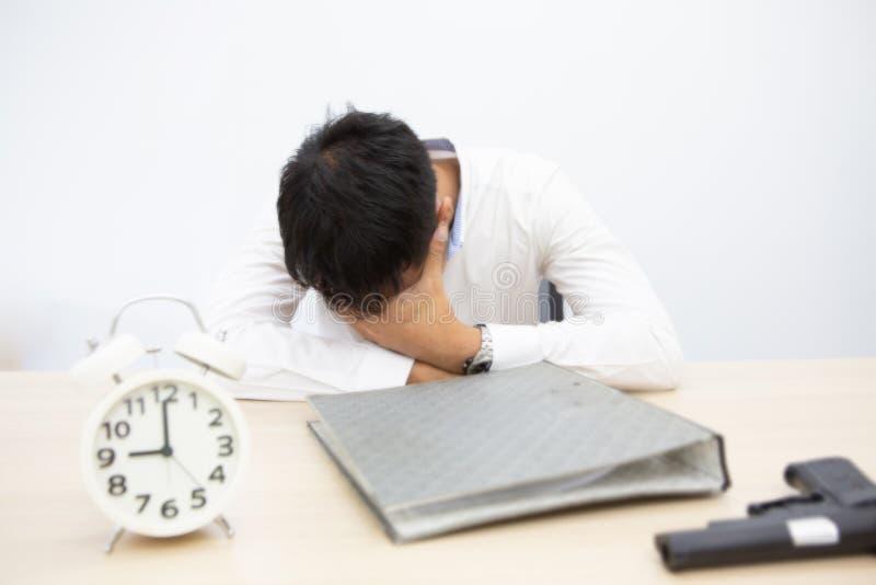 Foco borrado Os homens de negócios são desanimados em problemas de negócio O homem depressivo, infeliz quer cometer o suicídio Ho fotografia de stock