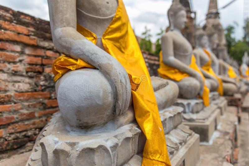 Foco cercano a mano de meditar la estatua del monje imagen de archivo