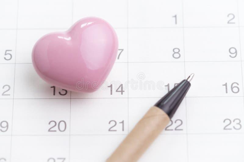 Foco de Selectived número no calendário do 14 de fevereiro com cera cor-de-rosa fotografia de stock royalty free