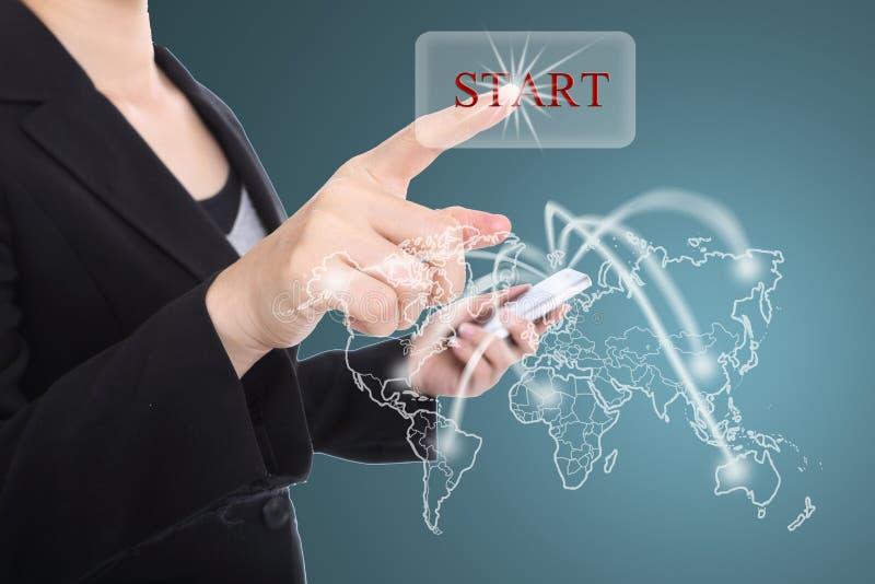 Foco do começo do botão do toque das mulheres de negócio no conceito do mercado global fotos de stock