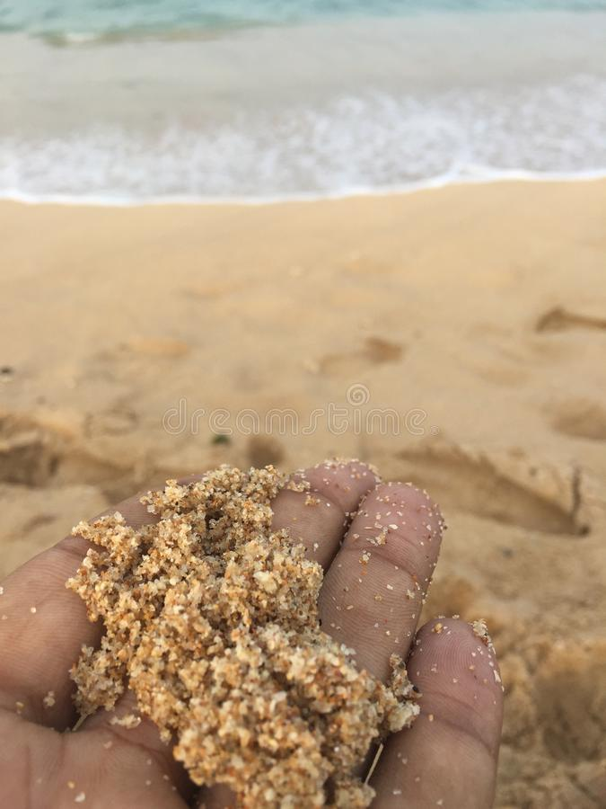 Foco a la arena en la mano fotografía de archivo