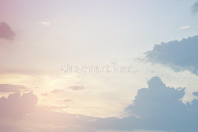 Foco macio, céu colorido e nuvens do teste padrão abstrato da textura naturalmente, cores brilhantes com inclinações de máscaras  imagem de stock