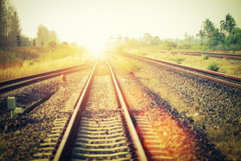 Foco macio da paisagem de trilhas de estrada de ferro no estação de caminhos-de-ferro em s imagem de stock
