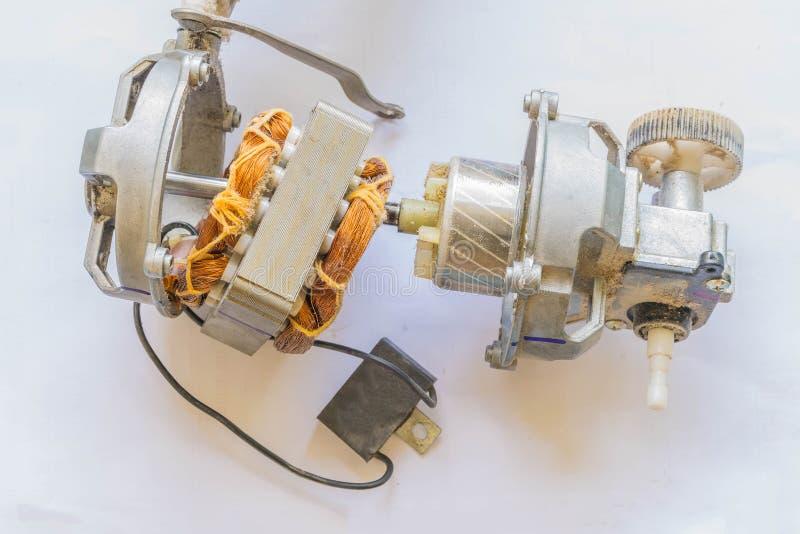 Foco macio o fã bonde da bobina, fio de cobre, peças dos motores bondes, no fundo branco Como o fazer por si próprio fotografia de stock