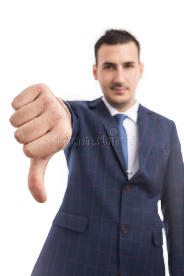 Foco na mão do homem de negócios que mostra o polegar para baixo fotografia de stock