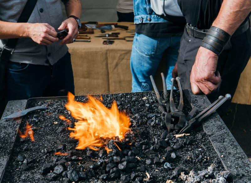 Foco no fogo e em chamas de ardência no lugar do ferreiro de trabalho fotografia de stock royalty free
