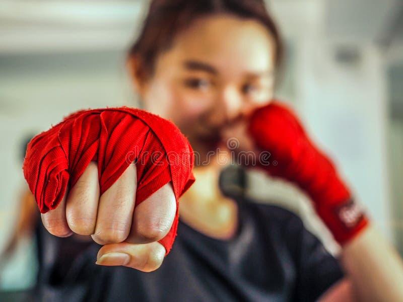 Foco selecionado do roupa de senhora bonito novo uma fita de encaixotamento tailandesa vermelha pronta para perfurar fotografia de stock