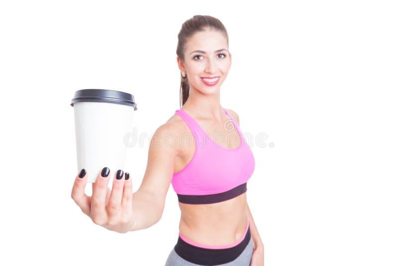 Foco selectivo de la muchacha en el gimnasio que sostiene el café fotografía de archivo