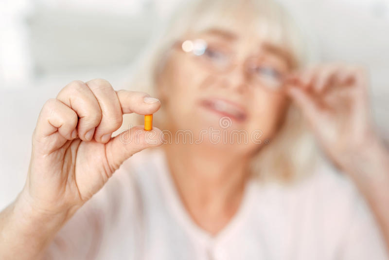 Foco selectivo de la píldora a disposición fotografía de archivo