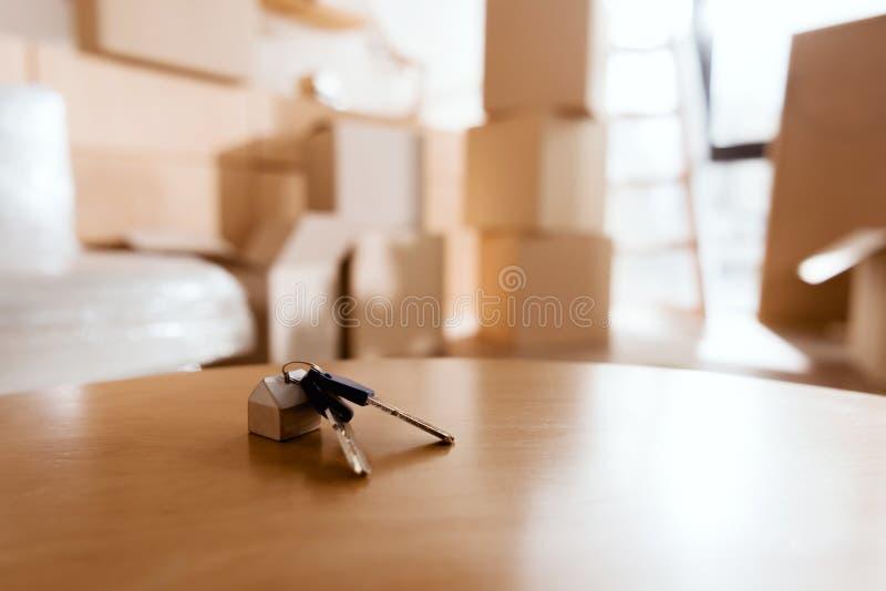 foco selectivo de llaves en la tabla en nueva casa con las cajas de cartón, fotos de archivo