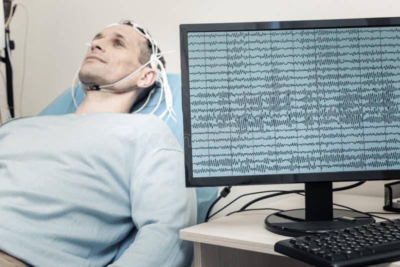 Foco selectivo de un monitor con el electroencefalograma fotografía de archivo