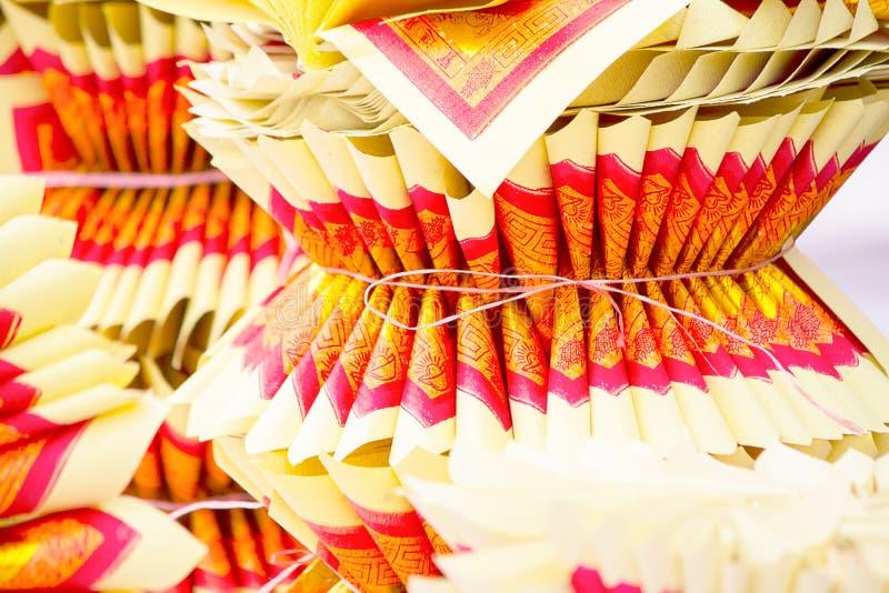 Foco selectivo del chino Joss Paper, tradicional para desaparecido las bebidas espirituosas del antepasado imagen de archivo