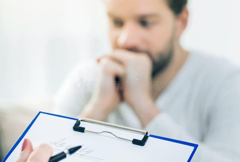 Foco selectivo del notas de los psicólogos imagen de archivo
