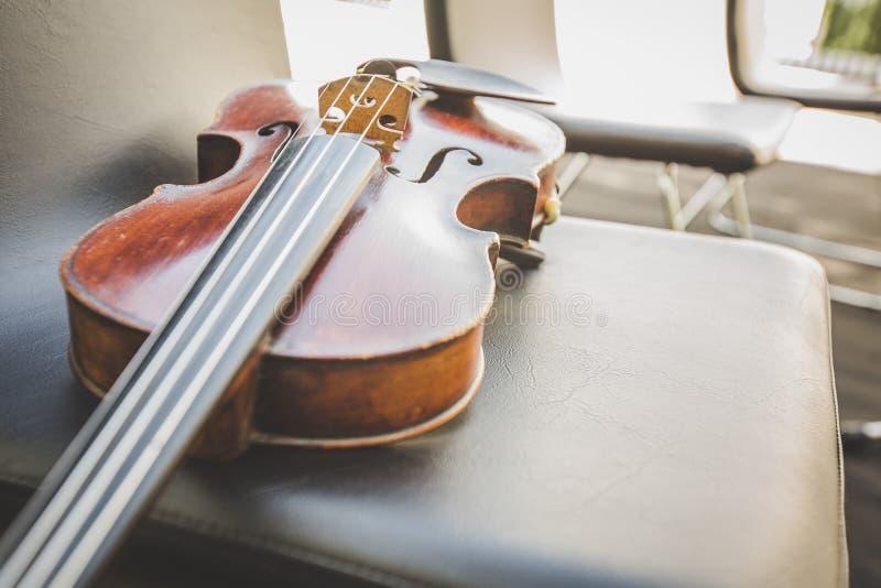 Foco selectivo del violín en silla del músico foto de archivo