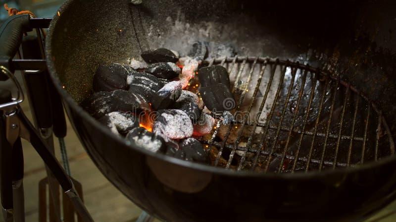 Foco selectivo dispuesto de los carbones listo para la barbacoa Abastecimiento, briqueta fotografía de archivo libre de regalías