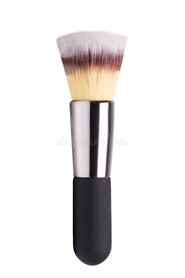 Foco selectivo en el cepillo profesional limpio negro y de plata del maquillaje aislado en blanco Belleza del concepto Macro imagenes de archivo