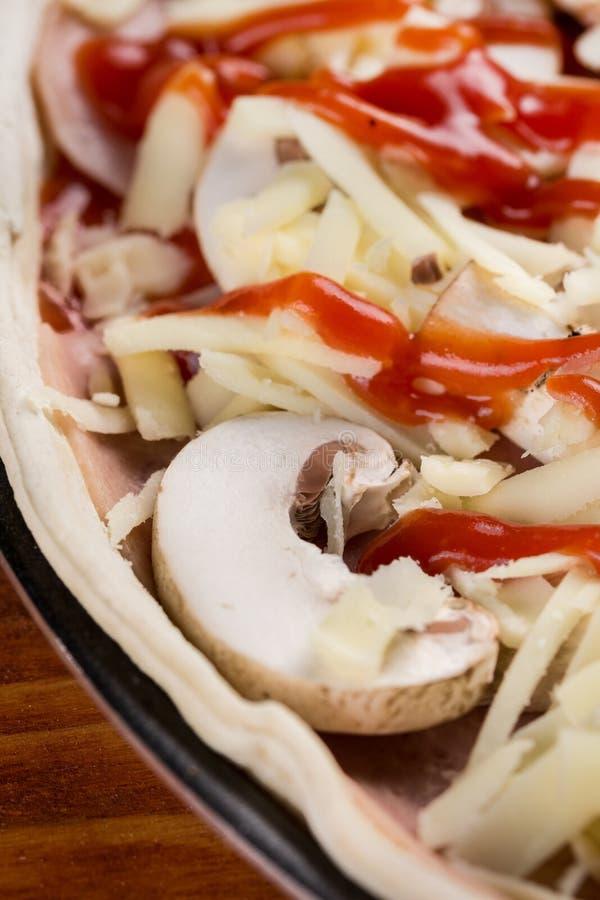 Foco selectivo en la seta cruda de la pizza lista para cocer foto de archivo libre de regalías