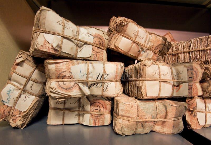 Foco selectivo en los paquetes de billetes de banco retros en el banco foto de archivo libre de regalías