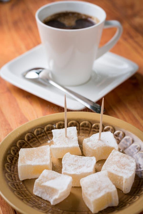 Foco selectivo en placer turco servido con la taza de café en el fondo fotos de archivo libres de regalías