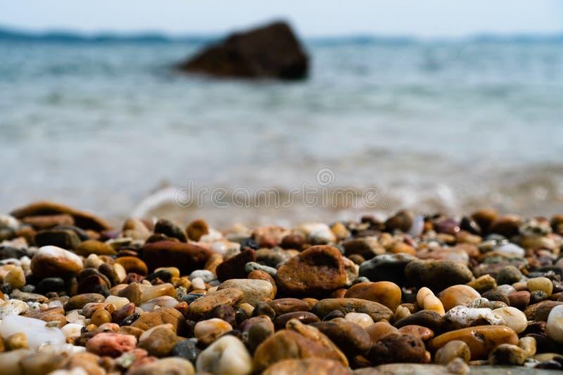Foco selectivo en textura de las rocas con la playa de la falta de definición foto de archivo libre de regalías