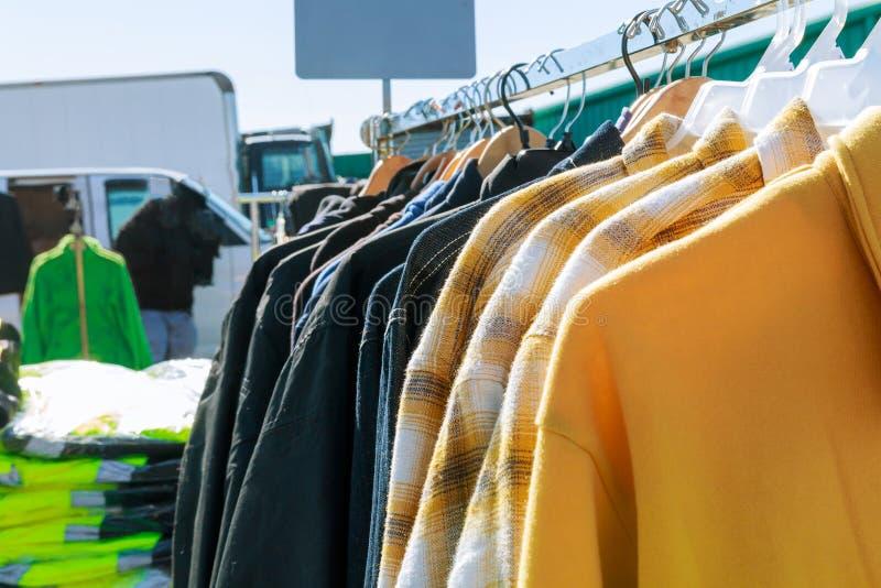 Foco selectivo un poco de ropa de cuero usada que cuelga el mercado imagen de archivo libre de regalías