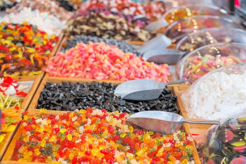 Foco seletivo, açúcar suave doce em exposição na feira de Natal, Wonderland de inverno imagens de stock