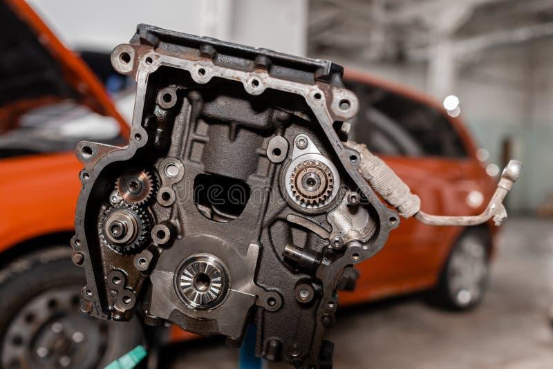 Foco seletivo Bloco de motor em um suporte do reparo com pistão e conexão Rod da tecnologia automotivo Carro borrado sobre imagem de stock royalty free