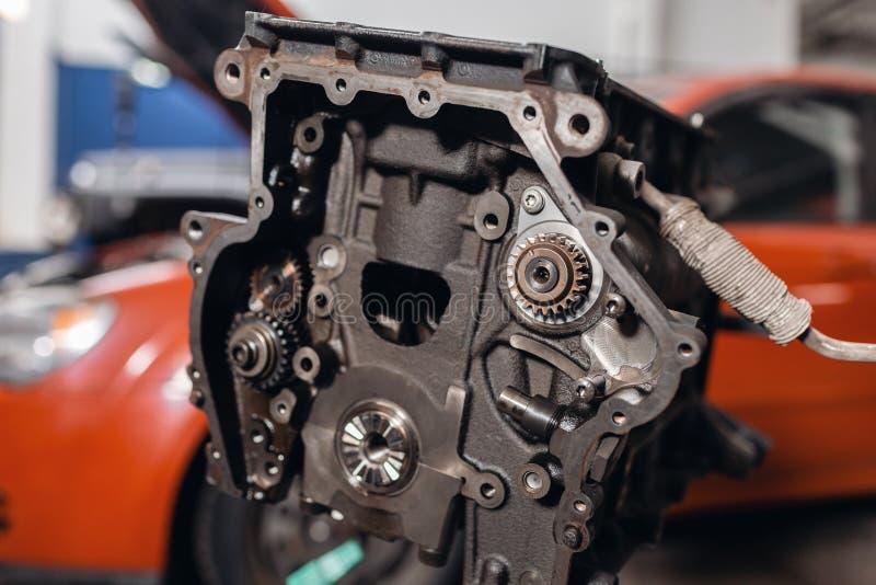 Foco seletivo Bloco de motor em um suporte do reparo com pist?o e conex?o Rod da tecnologia automotivo Carro borrado sobre foto de stock royalty free