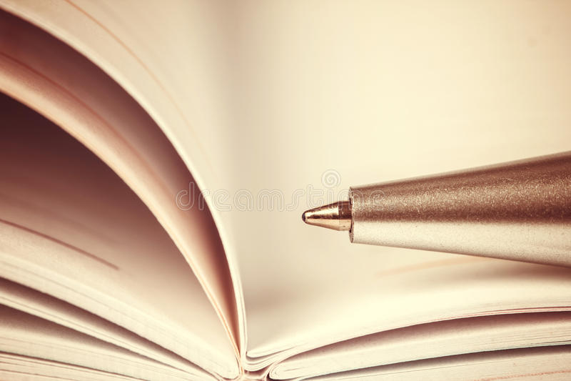 foco seletivo da pena de bola no livro alinhado aberto do diário, vin imagens de stock royalty free