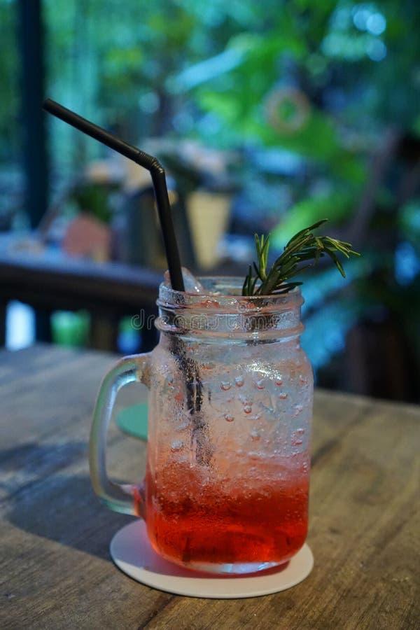 Foco seletivo da soda do italiano da morango no vidro na tabela no lanchonete pronto para beber fotos de stock