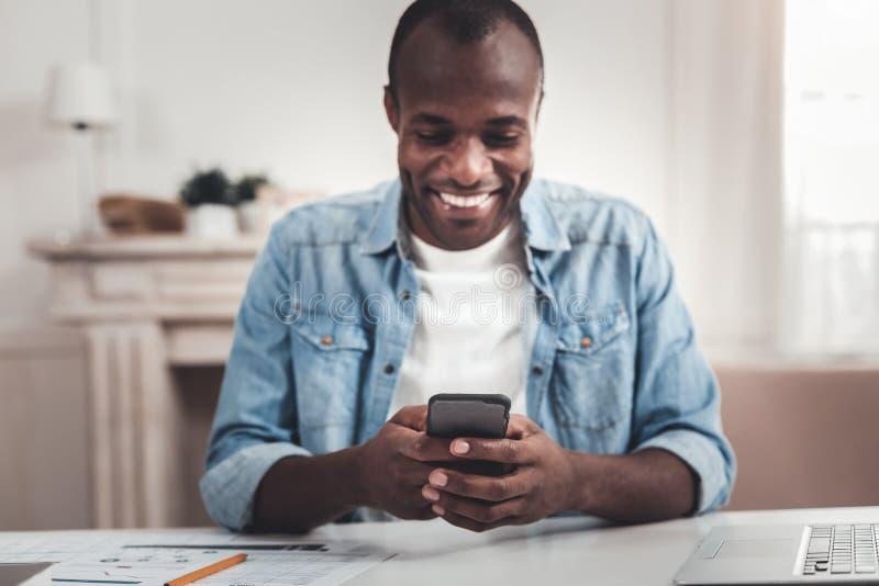 Foco seletivo de um smartphone inovativo fotos de stock royalty free