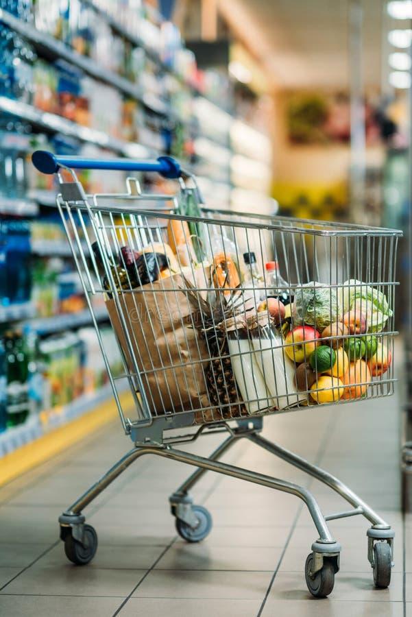 foco seletivo do carrinho de compras com compras imagens de stock royalty free