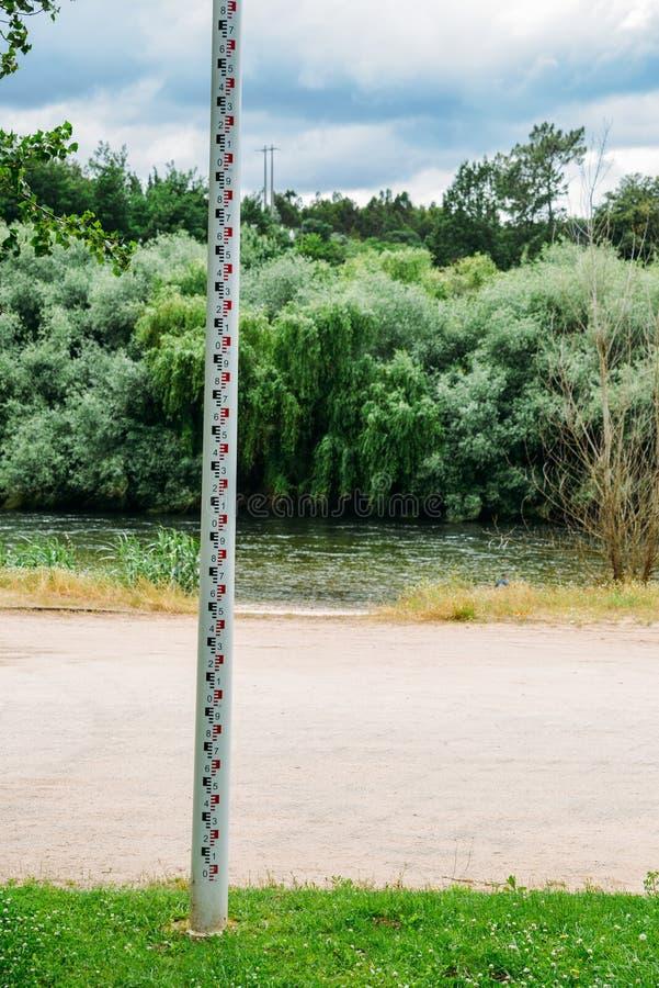 Foco seletivo do fim acima da fita da medida do marcador da profundidade do nível de água na borda do rio para monitorar e impedi fotos de stock royalty free